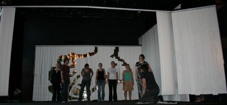Probe der 3. Szene des 1. Teils von Ödipedia am 13.04.2009 - noch ohne Kostüm, aber teilweise mit Bühnenbild. Vlnr: Sophia, Stefan, Maren, Lisa, Annika, Alessa, Johanna, Martin.