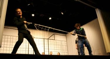 Der Bote (Stefan, links) und Ödipus (Martin, rechts) beim Seilziehen. Der Chor im Hintergrund. Foto vom 19.04.2009.