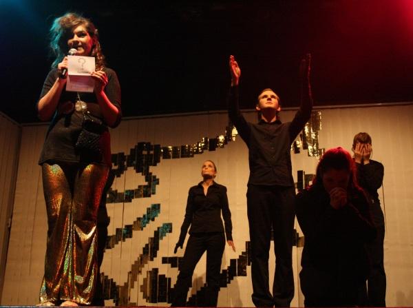 Die Sphinx (Mandy Promok, vorne links) stellt eine ihrer Quizfragen. Der Chor dahinter betet darum, von ihrer Tyrannei befreit zu werden. Foto vom 25.04.2009.