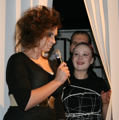 Die Sphinx (Mandy) beim Soundcheck vor der Ödipedia-Generalprobe am 16.04.2009. Rechts Iokaste (Johanna) und dahinter der Bote des Polybos (Stefan).