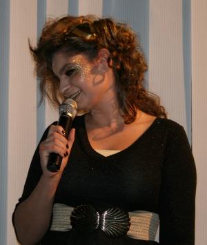 Die Sphinx (Mandy) zeigt beim Soundcheck vor der Ödipedia-Generalprobe am 16.04.2009 ihre hübsche Seite der Kamera.