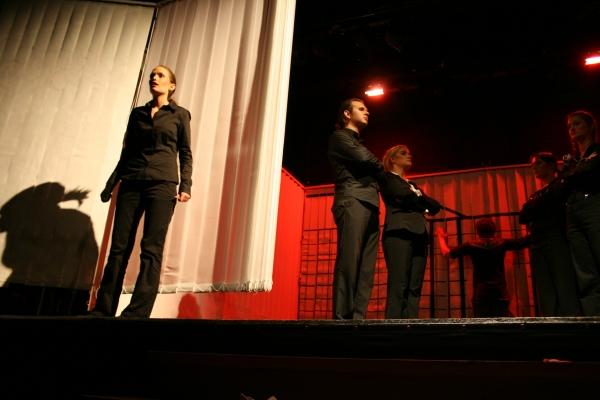 Die 5. Szene des 1. Teils von Ödipedia: Die Botin (Lisa, links) berichtet vom Tod der Iokaste (Nicht im Bild), den sich Ödipus (Martin, hinten Mitte) genauer ansieht. Der Chor bildet eine Vaginalformation. Foto vom 19.04.2009.