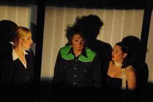 Ödipus (Martin, Mitte) wird von Theseus (Sophia, links) und Antigone (Alessa, rechts) dazu überredet, ein Gespräch mit seinem Sohn Polyneikes zu führen.