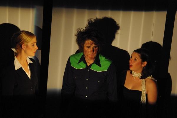 Theseus (Sophia Kochalski, links) und Antigone (Alessa Tschaftary, rechts) versuchen Ödipus (Martin Lhotzky, Mitte) dazu zu überreden, mit seinem Sohn Polyneikes (nicht im Bild) ein Gespräch zu führen. Foto vom 25.04.2009.