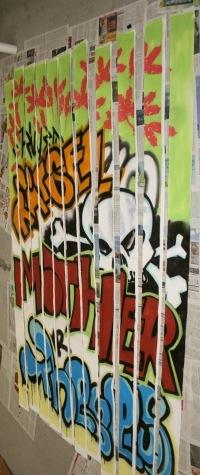 Lamellenvorhang am Portal links, mit Graffiti besprüht