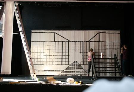 Palastmotiv auf dem hinteren Lamellenvorhang. Im Bild: Maike (links) und Stefan (rechts). Foto vom 13.04.2009.