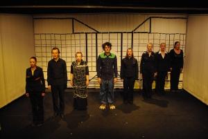 Der Chor aus Ödipedia bildet eine Reihe. Von links nach rechts: Lisa Budzynski, Stefan Teubner, Johanna Franke, Martin Lhotzky, Alessa Tschaftary, Annika Packmor, Sophia Kochalski, Maren Peter. Foto vom 25.04.2009.