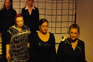 Iokaste (Johanna Franke, im Netz), Kreon (Maren Peter, rechts davor) und Tiresia (Annika Packmor, rechts vorne) halten Fürbitten für den fluchbeladenen Ödipus (nicht im Bild) ab. Foto vom 25.04.2009.