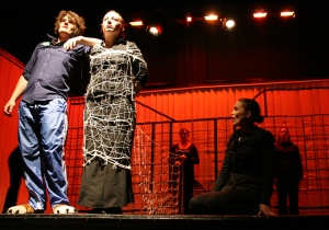 Ödipus (Martin Lhotzky, links) macht der Botin (Lisa Budzynski, rechts sitzend) schwere Vorwürfe. Die ganze Wahrheit ist bis dahin ausschließlich Iokaste (Johanna Franke, vorne Mitte) bekannt. Foto vom 25.04.2009.