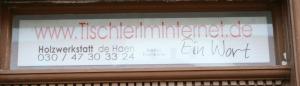 Schild mit Aufschrift TischlerImInternet.de Ein Wort ...