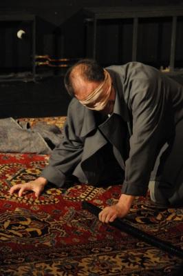 """Jochen Keth in """"Der gute König Ödipus"""", blind auf dem Boden, Foto vom 05.06.2010 - Fotograf: Sven Reichelt"""